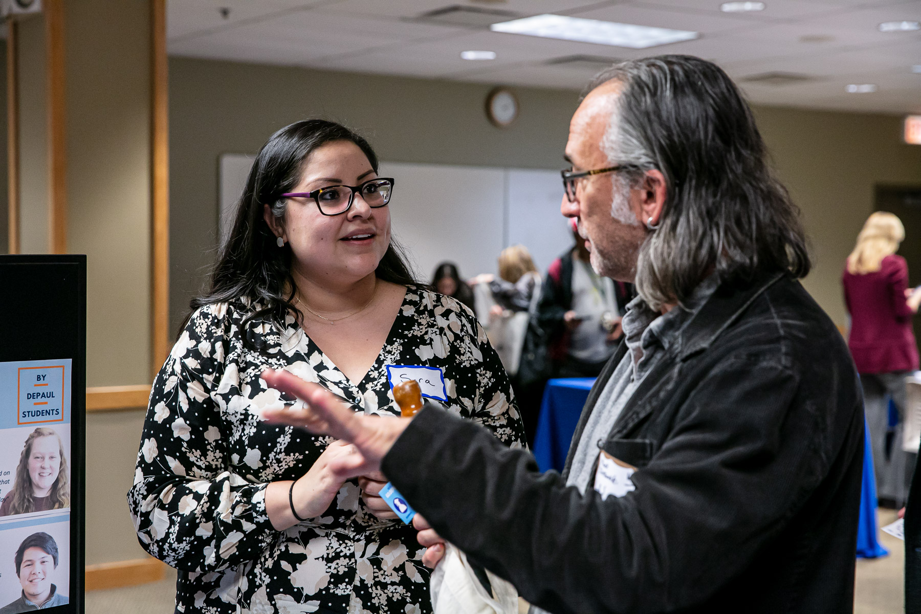 Sara Hernandez, assistant director for supplemental instruction in the Center for Teaching and Learning, talks with an attendee. (DePaul University/Randall Spriggs)